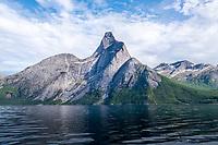Stetind, også kalt Stetinden og Stádda, sett fra Stefjorden. Fjellet ligger i Tysfjord kommune i Nordland fylke.