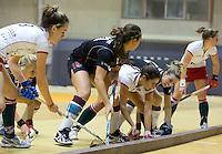 ROTTERDAM - Drukte aan de balk tijdens   de  finale zaalhockey om het Nederlands kampioenschap tussen de  vrouwen  van Amsterdam en MOP.  Amsterdam wint met 3-2. ANP KOEN SUYK