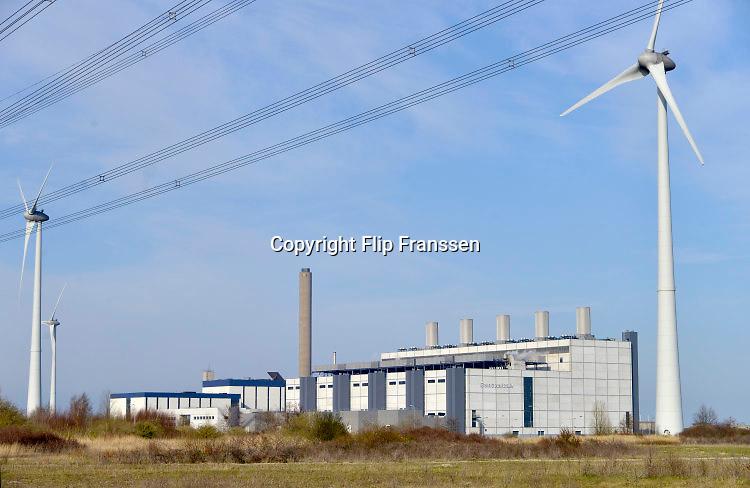Nederland, Groningen, Eemshaven, 15-4-2015In de Eemshaven wordt door verschillende electriciteitsbedrijven stroom geproduceerd. De Eemscentrale van Engie, voorheen gdf-suez . Deze werkt op gas . Hij heeft vijf eenheden die apart bediend kunnen worden .Gasgestookt, gasgestookte centrale met vijf eenheden .Naast de traditionele centrales staat er ook een windmolenpark met ruim 90 molens.FOTO: FLIP FRANSSEN