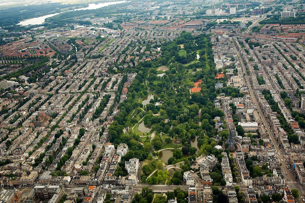 Nederland, Amsterdam, Vondelpark, 17-06-2008; overzicht van het park vanaf de Eerste Constantijn Huygenstraat (onder in beeld met links de Van Baerlestraat); ook onder in beeld het Filmmuseum en de Vondelkerk (rechts); geheel rechts de Overtoom in zuidwestelijke richting en Oud-West, links van het stadspark Oud-Zuid..luchtfoto (toeslag); aerial photo (additional fee required); .foto Siebe Swart / photo Siebe Swart