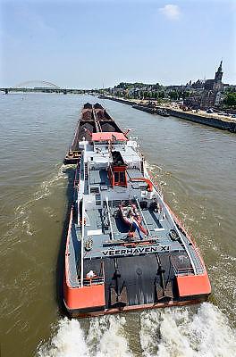 Nederland, Nijmegen, 8-7-2013Binnenvaartschip, een zesbaks duwcombinatie, met kolen en ijzererts vaart over de Waal bij Nijmegen,Foto: Flip Franssen