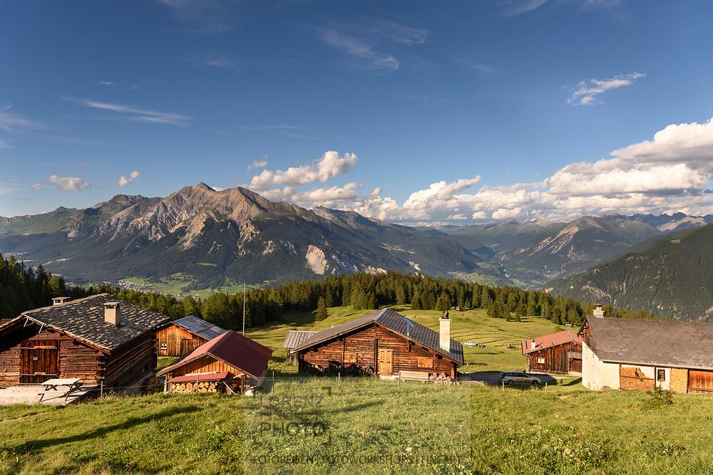 Das Maiensäss Munter oberhalb Salouf mit Lenzerhorn und Ablulatal, Parc Ela, Graubünden, Schweiz<br /> <br /> Alpine huts at Munter above Salouf, Parc Ela, Grisons, Switzerland
