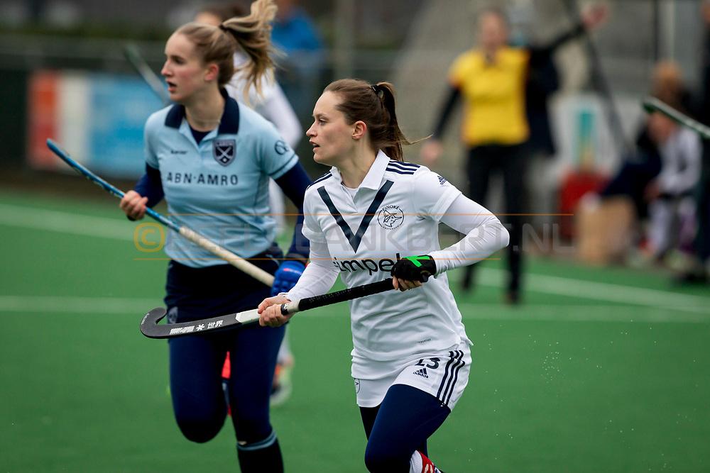 LAREN -  Hockey Hoofdklasse Dames: Laren v Pinoké, seizoen 2020-2021. Foto: Kelly Hoyng-Jonker (Pinoké, captain) en Eliza Vermeulen (Laren)
