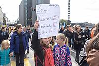 20 SEP 2019, BERLIN/GERMANY:<br /> Schuelerin mit Zeugnis, Fridays for Future Demonstration für Massnahmen zur  Begrenzung des Klimawandels, Weidendammer Bruecke<br /> IMAGE: 20190920-01-054<br /> KEYWORDS: Demo, Demonstrant, Protest, Protester, Demonstration, Klima, climate, change, Maedchen, Mädchen, Frauen, Schueler, Schuelerinnen, Schüler, Schülerinnen