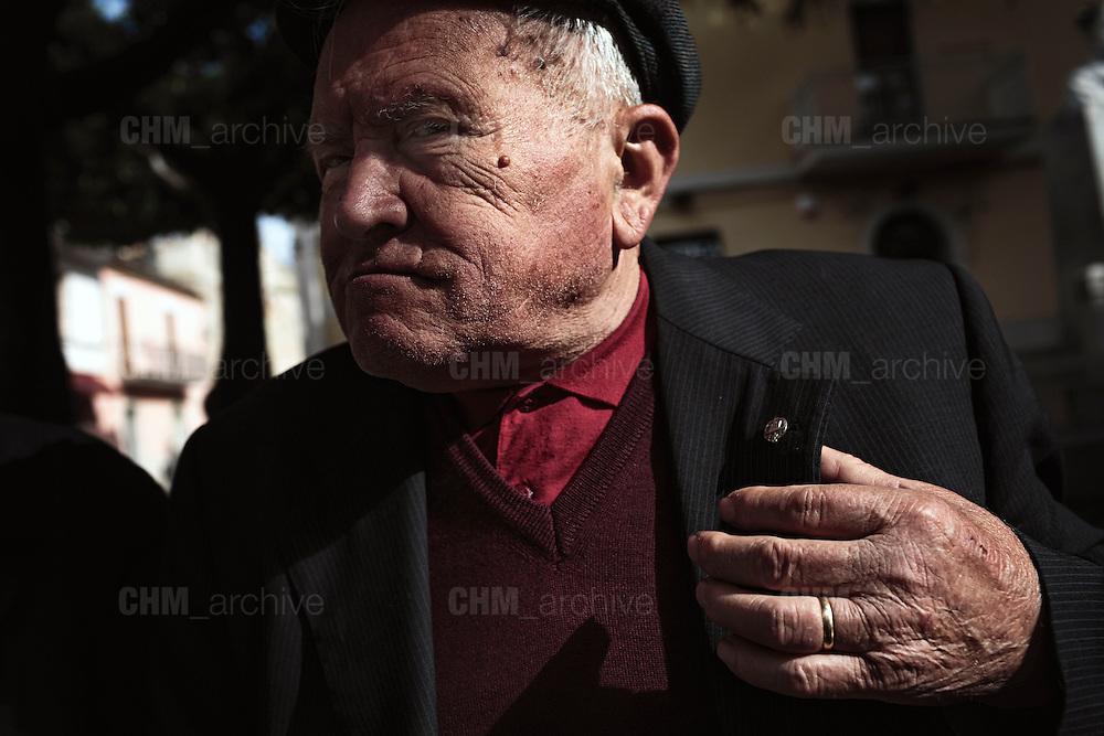 Un uomo mostra la sua spilla ricevuta dopo aver subito un infortunio sul lavoro. Troia 29 Maggio 2014.  Christian Mantuano / OneShot