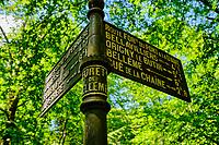 France, Orne (61), Parc Régional Naturel du Perche, forêt de Bellême, ancien panneau de signalisation // France, Orne (61), Regional Natural Park of Perche, Bellême forest