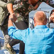 NLD/Maurik/20170904 - Deelnemers Expeditie Robinson 2017, Henk poort helpt Nicole Buch van de boot af