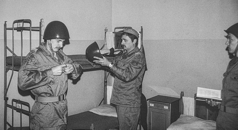 1978-lipiec-sierpień, Otwock - Orzysz. Szkoła Oficerów Rezerwy (SOR) obowiązkowe szkolenie wojskowe absolwentów wyższych uczelni cywilnych. Nz. 1978-lipiec-sierpień, Otwock - Orzysz. Szkoła Oficerów Rezerwy (SOR) obowiązkowe szkolenie wojskowe absolwentów wyższych uczelni cywilnych. Nz. Pochorążowie w żołnierskiej izbie po zajęciach szkoleniowych.