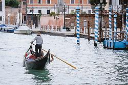 THEMENBILD - ein Gondoliere mit seinem venezianischen Boot (Gondel) auf dem Canal Grande, aufgenommen am 05. Oktober 2019 in Venedig, Italien // a gondolier with his Venetian boat (gondola) on the Canal Grande, in Venice, Italy on 2019/10/05. EXPA Pictures © 2019, PhotoCredit: EXPA/Stefanie Oberhauser