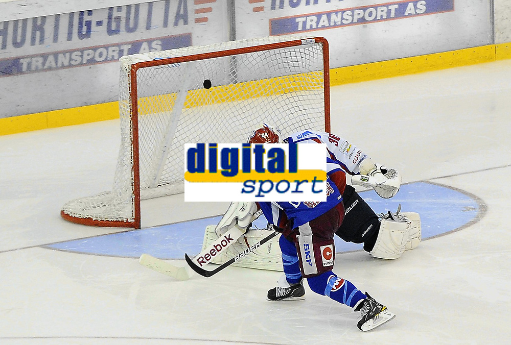 Ishockey<br /> 7 oktober 2010<br /> Getligaen<br /> Vålerenga - Lørenskog<br /> Ewan Barlow , Vålerenga setter første målet på straffespark<br /> Foto : Reidar Talset , Digitalsport