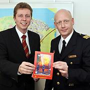 NLD/Huizen/20080325 - Overhandigng 1e vrijwilligers wervings brochure brandweer Huizen aan burgmeester van Gils door commandant Jaap Weijermans