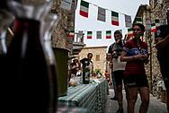Il vino sostituisce spesso le bevande energetiche. La seconda edizione dell'Eroica a Montalcino ha visto partecipare piu' di 1400 ciclisti italiani e stranieri, vestiti con abiti d'epoca e in sella a biciclette vintage. Hanno prcorso le strade delle colline toscane percorrendo fino a 170km su strade bianche e asfaltate.  Federico Scoppa