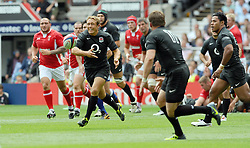 Photo © SPORTZPICS / SECONDS LEFT IMAGES 2011 - Rugby Union - Investic - World Cup warm up game - England V Wales - 06/08/11 - England's Jonny Wilkinson passes to Mark Cueto - at Twickenham Stadium UK - All rights reserved
