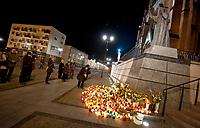 02.04.2012 Bialystok Obchody 7 rocznicy smierci Papieza Jana Pawla II N/z ludzie gromadzili sie pod pomnikiem JPII caly dzien fot Michal Kosc / AGENCJA WSCHOD