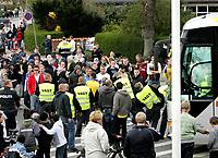 Fotball<br /> Danmark<br /> 22.04.2007<br /> Foto: Polfoto/Digitalsport<br /> NORWAY ONLY<br /> <br /> Politiet forsøgte at få Brøndby fans væk fra stadion efter der var blevet kastet en brosten mod spillerbussen, da de skuffede Brøndbyfans lavede ballade i Vejle efter Brøndbys 3-0-nederlag i søndagens superligakamp mod Vejle Boldklub. Politi fra både Århus, Aalborg og Odense måtte yde assistance til politiet i Vejle oplyser vagthavende ved Østjyllands Politi i Århus. Urolighederne begyndte umiddelbart efter kampen og bredte sig til området uden for Stadion. Også på stationen kom det til ballade, oplyser politiet. Det skriver Ritzau.