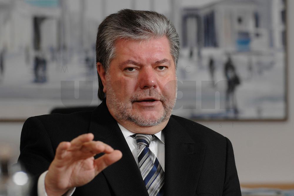 08 JAN 2007, BERLIN/GERMANY:<br /> Kurt Beck, SPD Parteivorsitzender und Ministerpraesident Rheinland-Pfalz, waehrend einem Interview, in seinem Buero, Willy-Brandt-Haus<br /> Kurt Beck, Party Leader of the Social Democratic Party, during an interview, in his office, Willy-Brandt-Haus<br /> IMAGE: 20070108-01-009<br /> KEYWORDS: Ministerpräsident