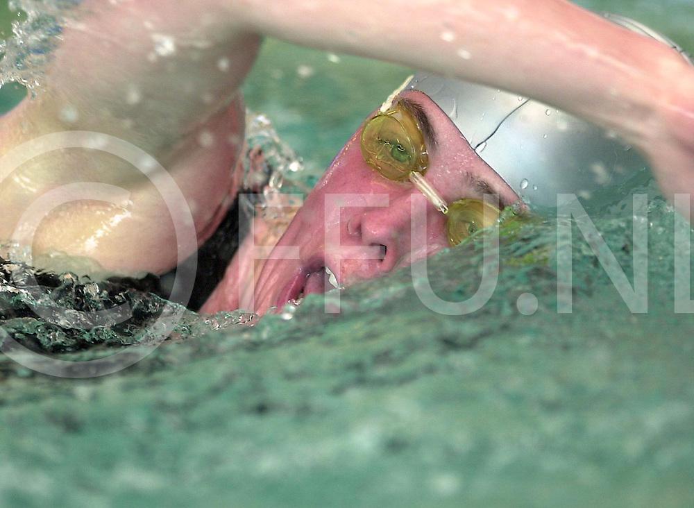 Fotografie Frank Uijlenbroek©2001/Frank Brinkman.010513 kampen ned.overijsselse zwem kampioenschappen.op foto nicole de haan van zwemvereeniging piranha uit enschede bezig met haar 400m vrijeslag voor meisjes dames.fu010513_6zwem_kampen