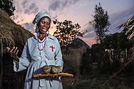 Impressionen aus Kawaza Village, einem Entwicklungsprojekt auf kommunaler Basis. Traditionelle Heilerin, die sich in ihrer Diagnose auch auf die Bibel stützt. Ihr Name als Heilerin ist Hetina, im täglichen Leben heisst sie ??