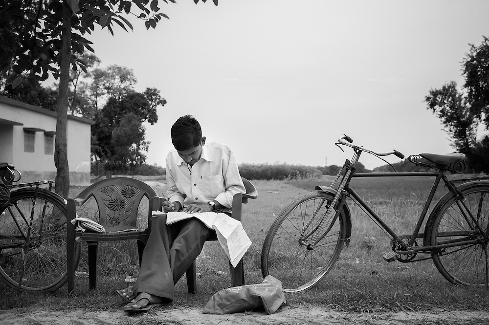 For quality newborn tracking, a supervisor uses the newborn booklet for marking the house-to-house tally sheet before heading out for the day. Biraul block sub-depot, Darbhanga district, Bihar.