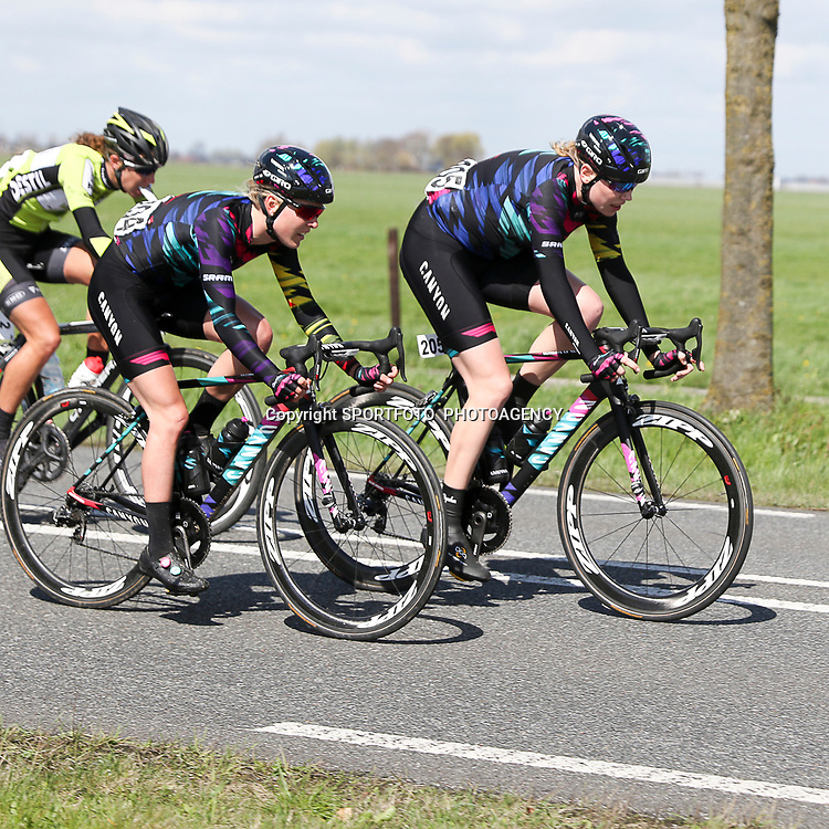 16-04-2016: Wielrennen: IJsseldelta Topcompetitie vrouwen: Zwolle<br />ZWOLLE (NED) wielrennen <br />Wind was in deze editie de grootste tegenstanders van de vrouwen. Mieke Kroger, Hanah Barnes