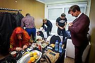 Foto: Gerrit de Heus. Emmen. 13-06-2015. Armand en The Kik op Retropop. Terwijl de band zich omkleedt, draait Armand nog een joint voor op het podium.