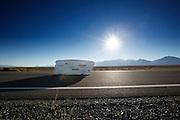 De Schot Graeme Obree is onderweg in zijn fiets. In Battle Mountain (Nevada) wordt ieder jaar de World Human Powered Speed Challenge gehouden. Tijdens deze wedstrijd wordt geprobeerd zo hard mogelijk te fietsen op pure menskracht. Ze halen snelheden tot 133 km/h. De deelnemers bestaan zowel uit teams van universiteiten als uit hobbyisten. Met de gestroomlijnde fietsen willen ze laten zien wat mogelijk is met menskracht. De speciale ligfietsen kunnen gezien worden als de Formule 1 van het fietsen. De kennis die wordt opgedaan wordt ook gebruikt om duurzaam vervoer verder te ontwikkelen.<br /> <br /> Graeme Obree is on his way in his bike. In Battle Mountain (Nevada) each year the World Human Powered Speed Challenge is held. During this race they try to ride on pure manpower as hard as possible. Speeds up to 133 km/h are reached. The participants consist of both teams from universities and from hobbyists. With the sleek bikes they want to show what is possible with human power. The special recumbent bicycles can be seen as the Formula 1 of the bicycle. The knowledge gained is also used to develop sustainable transport.