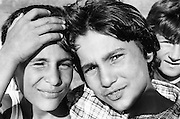 Ramona Stanica (à droite) à 12 ans en 1995 à l'orphelinat de Popricani avec son frère Remus. Ils ont tous les deux été abandonnés à la naissance et ont grandi dans le même orphelinat. <br />