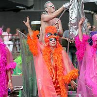Nederland, Amsterdam , 1 augustus 2009..Moslims op barricade voor homo's..Kami-Kazi en Rachid Larouz treden op tijdens de openingsceremonie van de Gay Pride en Slotervaartjongens voetballen tegen homo's..Marcouch roept op: Oook hetero's en moslims moeten homo's helpen..Het gaat om de menswaardigheid..op 29 juli is in sportpark Sloten een voetbalwedstrijd tussen homo's en slotervaartjongens. Na de wedstrijd is er een halal babecue en een optreden van homo mannenkoor Manoeuvre..Op 1 augustus (zie foto) start de botenparade in slotervaart met een openingsceremonie..Cabaretier Rachid Larouz maakt sketches over het homobeleid en Kami-Kazi rapt over het homoverdriet in Nieuw West..Op de foto:.Het hoogtepunt van de Gay Pride. The Canal Parade..Foto:Jean-Pierre Jans