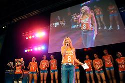 10-05-2008 VOLLEYBAL: DELA MEIDENDAG: APELDOORN<br /> Zo n 1500 meisjes woonden de teampresentatie van het Nederlands vrouwenvolleybalteam bij. De DELA meidendag werd weer een groot succes / Wendy van Dijk met het Nederlands Vrouwenteam<br /> ©2008-WWW.FOTOHOOGENDOORN.NL