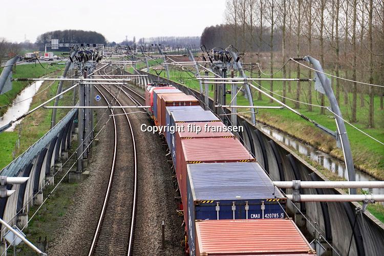 Nederland, Bemmel, 16-3-2020Een goederentrein rijdt over de betuwelijn vanaf Duitsland naar Rotterdam .De locomotief is van de DB, Deutsche Bahn, de duitse spoorwegen . Foto: Flip Franssen