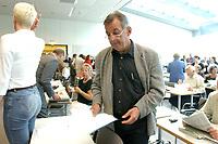 26 AUG 2003, BERLIN/GERMANY:<br /> Ottmar Schreiner, MdB, SPD, Vorsitzender AFA, vor Beginn einer SPD Fraktionssitzung, Deutscher Bundestag<br /> IMAGE: 20030826-01-011<br /> KEYWORDS: Sitzung