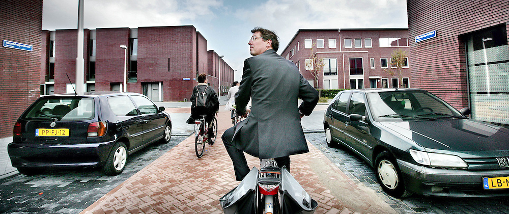 Nederland,Utrecht ,29 september 2008..Burgemeester van Utrecht Aleid Wolfsen maakt een fietstocht door de nieuwe wijk Leische Rijn..Mayorof Utrecht  Aleid Wolfsen cycling through the new consructed area Leidsche Rijn.
