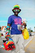Tijdens het wereldkampioenschap voetbal in Zuid Afrika wordt op allerlei manieren geld verdiend. In de stad Port Elizabeth zijn veel straatverkopers actief, zoals deze vlaggenverkoper.