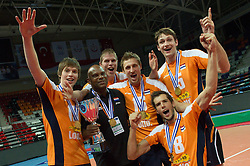 01-07-2012 VOLLEYBAL: EUROPEAN LEAGUE PRIJSUITREIKING: ANKARA<br /> Nederland wint de European League 2012 / Maarten van Garderen (#13 NED), Thijs Ter Horst (#4 NED), Robin Overbeke (#16 NED), Bas van Bemmelen (#8 NED), Thomas Koelewijn (#15 NED)<br /> ©2012-FotoHoogendoorn.nl/Conny Kurth