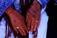 Maroc - Haut Atlas - Vallée du Dadès - El Kelaâ M'Gouna - Fête des Roses - Femme Bérbere - Mains décorées au hénné