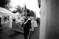Ogni 15, 16, e 17 di luglio si festeggia a Mesagne (Br) la Madonna del Carmine, santa protettrice del paese. In fatti la storia narra che la Vergine abbia salvato la popolazione da un terribile terremoto nel 1700 circa. .Questa foto ritrae la processione che porta la statua della madonna verso la chiesa matrice. La foto è stata scattata il 15-07-2010.
