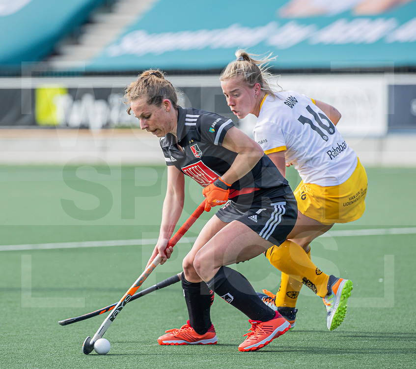 AMSTELVEEN -  Charlotte Adegeest (Adam) met Joosje Burg (DenBosch)  tijdens  de hoofdklasse hockey competitiewedstrijd dames, Amsterdam-Den Bosch (0-1)  COPYRIGHT WORLDSPORTPICS KOEN SUYK