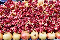 Chine, province du Shaanxi, ville de Xi'an, quartier Musulman Hui, le marché, etale de grenade // China, Shaanxi province, Xian, Hui neighborhood, food market, pomegranate shop