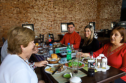 Prato típico nacional na Argentina e Uruguai, a Parrillada é um jeito diferente de fazer churrasco. Ao invés de privilegiar as chamadas carnes nobres, aproveita-se com muita criatividade e sem nenhum preconceito várias alternativas de sabor e textura do mesmo boi integrado por diferentes miúdos de boi e tipos de linguiças e embutidos.  FOTO: Lucas Uebel/Preview.com