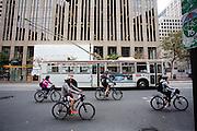 Toeristen fietsen op huurfietsen in San Francisco. De Amerikaanse stad San Francisco aan de westkust is een van de grootste steden in Amerika en kenmerkt zich door de steile heuvels in de stad. Ondanks de heuvels wordt er steeds meer gefietst in de stad.<br /> <br /> Tourists cycle on rental bikes in San Francisco. The US city of San Francisco on the west coast is one of the largest cities in America and is characterized by the steep hills in the city. Despite the hills more and more people cycle.