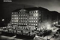 Zagreb.  <br /> <br /> ImpresumS. l. : S. n., [1939].<br /> Materijalni opis1 razglednica : tisak ; 10,4 x 14,5 cm.<br /> Vrstavizualna građa • razglednice<br /> ZbirkaZbirka razglednica • Grafička zbirka NSK<br /> Formatimage/jpeg<br /> PredmetZagreb –– Trg Ante Starčevića<br /> Hotel Esplanade (Zagreb)<br /> SignaturaRZG-STAR-2<br /> Obuhvat(vremenski)20. stoljeće<br /> NapomenaRazglednica je putovala 1939. godine. • Na poleđini razglednice iznad razdjelne linije otisnut je monogram GLZ, vjerojatno Ljudevit Griesbach kao autor fotografije po kojoj nastaje razglednica.<br /> PravaJavno dobro<br /> Identifikatori000953265<br /> NBN.HRNBN: urn:nbn:hr:238:094527 <br /> <br /> Izvor: Digitalne zbirke Nacionalne i sveučilišne knjižnice u Zagrebu