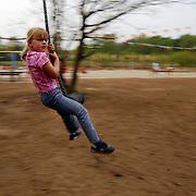 Speeltuin de Erfgooierskwartier Hilversum, kind met schommel