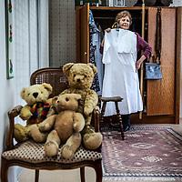 Nederland, Den Haag, 20 maart 2016.<br /> tv-opnames voor DementieTv in kamers die in jaren 50-stijl zijn ingericht (Herinneringsmuseum). DementieTv wil vanaf dit najaar dagvullende programma's verzorgen die zijn afgestemd op de verstandelijke en emotionele vermogens/behoeften van mensen met (vergevorderde) dementie.<br /> Op de foto: dr. Anneke van der Plaats in de jaren 50 slaapkamer.<br /> <br /> TV recordings for DementieTv in rooms decorated in 50 's style ( Memorial Museum). DementieTv will provide full-day programs this fall that are tailored to the intellectual and emotional capacities / needs of people with ( advanced ) dementia.<br /> On the picture: . Dr. Anneke van der Plaats in the 50's bedroom.<br /> <br /> Foto: Jean-Pierre Jans