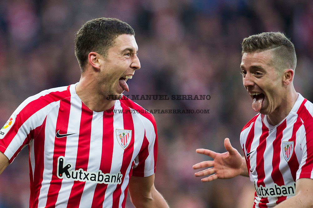 BILBAO, SPAIN - JANUARY 22: Oscar De Marcos of Athletic Club celebrates with his teammates Iker Muniain of Athletic Club after scoring his team's second goal during the La Liga match between Athletic Club Bilbao and Atletico Madrid at San Mames Stadium on January 22, 2017 in Bilbao, Spain.  (Photo by Juan Manuel Serrano Arce/Getty Images)
