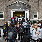 Nederland Rotterdam 23-09-2009 20090923 Serie over onderwijs, ,  openbare scholengemeenschap voor mavo, havo en vwo.   Leerlingen stromen de school binnen om weer aan de lesssen deel te nemen.                                                     .Foto: David Rozing