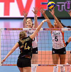 04-01-2016 TUR: European Olympic Qualification Tournament Nederland - Duitsland, Ankara <br /> De Nederlandse volleybalvrouwen hebben de eerste wedstrijd van het olympisch kwalificatietoernooi in Ankara niet kunnen winnen. Duitsland was met 3-2 te sterk (28-26, 22-25, 22-25, 25-20, 11-15) / Lonneke Sloetjes #10, Margareta Anna Kozuch #14 of Germany, Robin de Kruijf #5