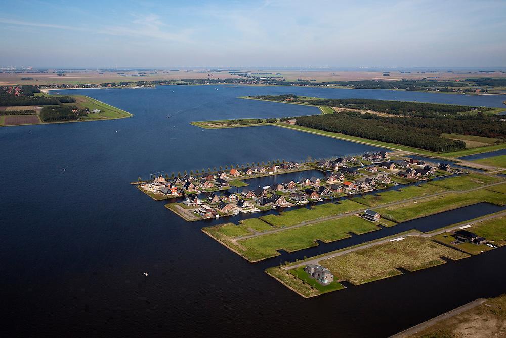 Nederland, Groningen, Oldambt, 08-09-2009; Blauwestad, nieuw aangelegd woongebied inclusief recreatiegebied. Het Oldambtmeer dient ook als waterberging. Het project Blauwe Stad is bedoelt om de economisch achtergebleven regio van Noordoost Groningen een impuls te geven.Het eerst gereedgekomen deel, met kavels voor zelfbouw, is 'De Wei'..Blauwestad (Blue City) newly constructed residential area, including recreational lake. The Oldambt lake also serves as water storage. .The Blue City project is meant to give a boost to the  economically backward region of northeast Groningen. The first part to be finished with plots suited for 'DIY' buidling of houses is 'De Wei' (Meadow) l .luchtfoto (toeslag); aerial photo (additional fee required); .foto Siebe Swart / photo Siebe Swart