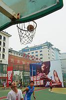 Chine, Pekin (Beijing), terrain de basket dans le centre ville // China, Beijing, basketball ground in the city center
