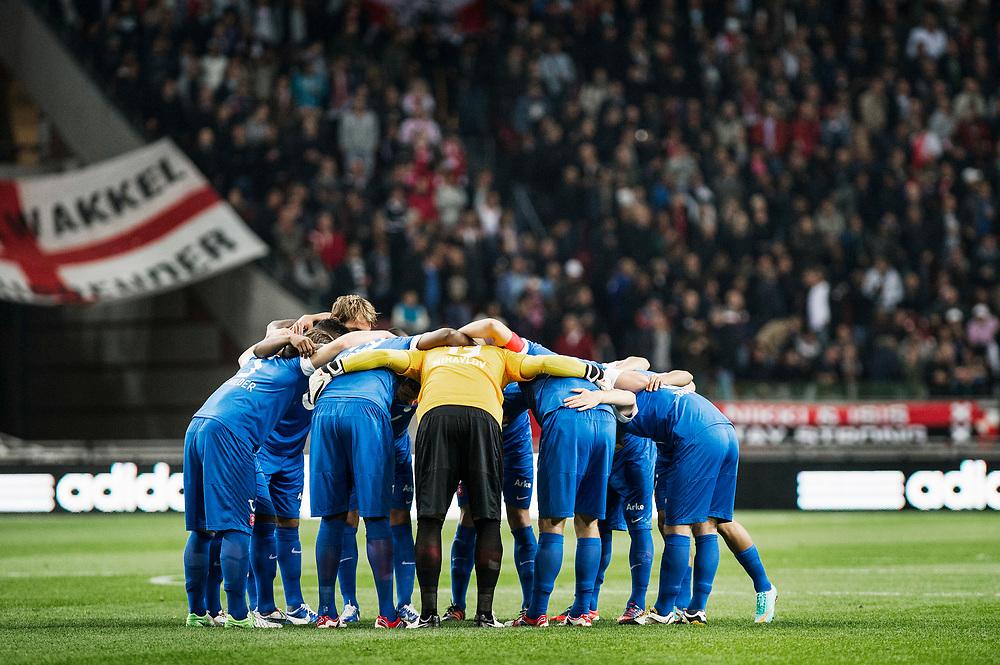 Nederland. Amsterdam, 29-09-2012. Foto: Patrick Post.  Ajax-Twente. Uitslag: 1-0. Een grouphug door de spelers van Fc Twente voorafgaand aan de wedstrijd tegen Ajax.