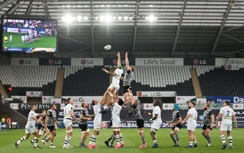 Clermont Auvergne's Sebastien Vahaamahina vies for the line out with Ospreys' Bradley Davies<br /> <br /> Photographer Simon King/CameraSport<br /> <br /> European Rugby Champions Cup Pool 2 - Ospreys v ASM Clermont Auvergne - Liberty Stadium - Swansea<br /> <br /> World Copyright © 2017 CameraSport. All rights reserved. 43 Linden Ave. Countesthorpe. Leicester. England. LE8 5PG - Tel: +44 (0) 116 277 4147 - admin@camerasport.com - www.camerasport.com